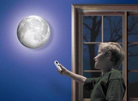 Lampa Luna - Mindblower.ro Lampa poate fi un cadou ideal pentru copii, care aduce lumina odihnitoare a lunii in propria camera. In plus, functia de calendar face ca lampa sa redea toate cele 12 faze ale lunii. Pentru alte cadouri inedite, Mindblower.ro.