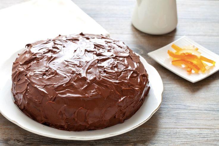La torta al cioccolato con crema di ricotta è un dolce goloso, ricoperto di una glassa la cioccolato appena montata. Facile da preparare è perfetto anche per le grandi occasioni.