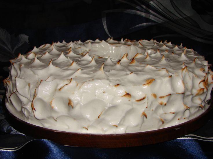"""ANGEL FOOD CAKE : blat de bezea cu aroma de migdale si umplut cu bezea italiana. O reteta foarte"""" light"""" pentru ca se folosesc doar albusuri de ou , zahar , extract natural de migdale si putina faina ."""