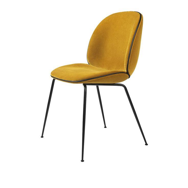 Chaise Beetle velours Jaune & pieds noirs - Gubi - Designée par GamFratesi, la collection de chaises Beetle de Gubi met en lumière une forme organique qui s'apparente à celle d'un insecte.
