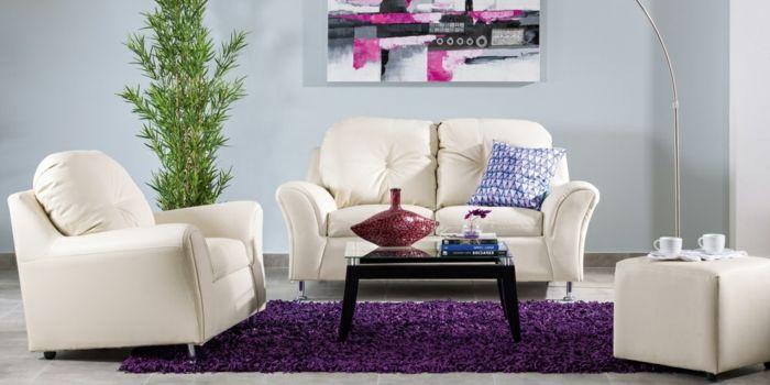 Wohnzimmer lila Teppich abstrakts Bild Pflanze kleiner Tisch Tassen Vase Bücher
