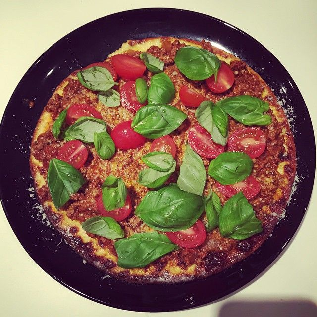 Æggekage pizza 😜👍👏 #pizza #healthy #æggepizza #sund #bolognese #basilika #lök #körsbärstomater #oregano #peppar #kødsovs #köttfärs #köttfärssås #oksekød