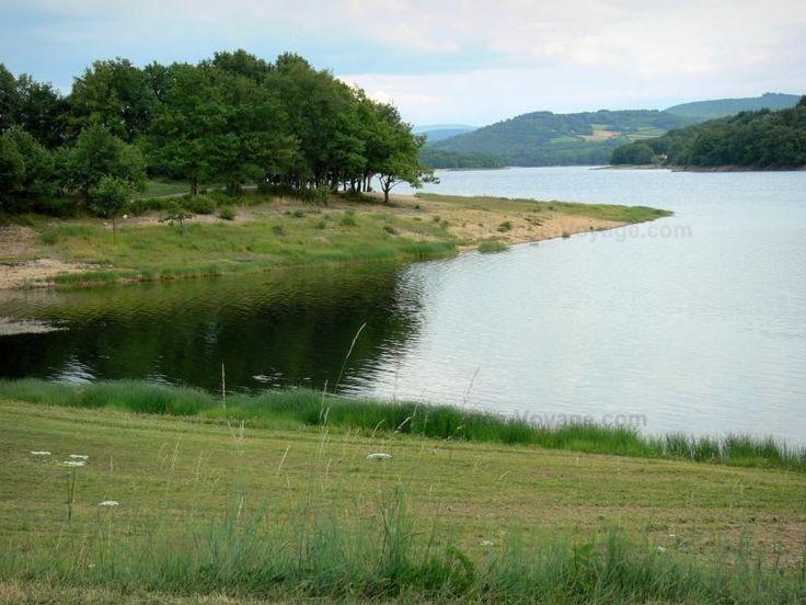 Grands lacs du Morvan: Lac de Pannecière (lac artificiel) et ses rives ; dans le Parc Naturel Régional du Morvan - France-Voyage.com