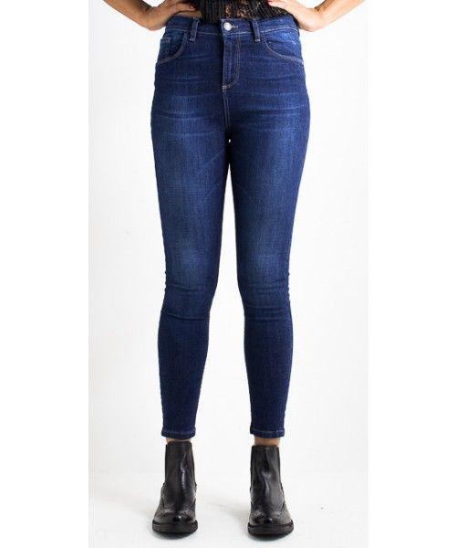 Jeans Skinny scuro con cinque tasche in tela denim scuro. Chiusura tramite bottone in metallo e ZIP. Vestibilità stretta.