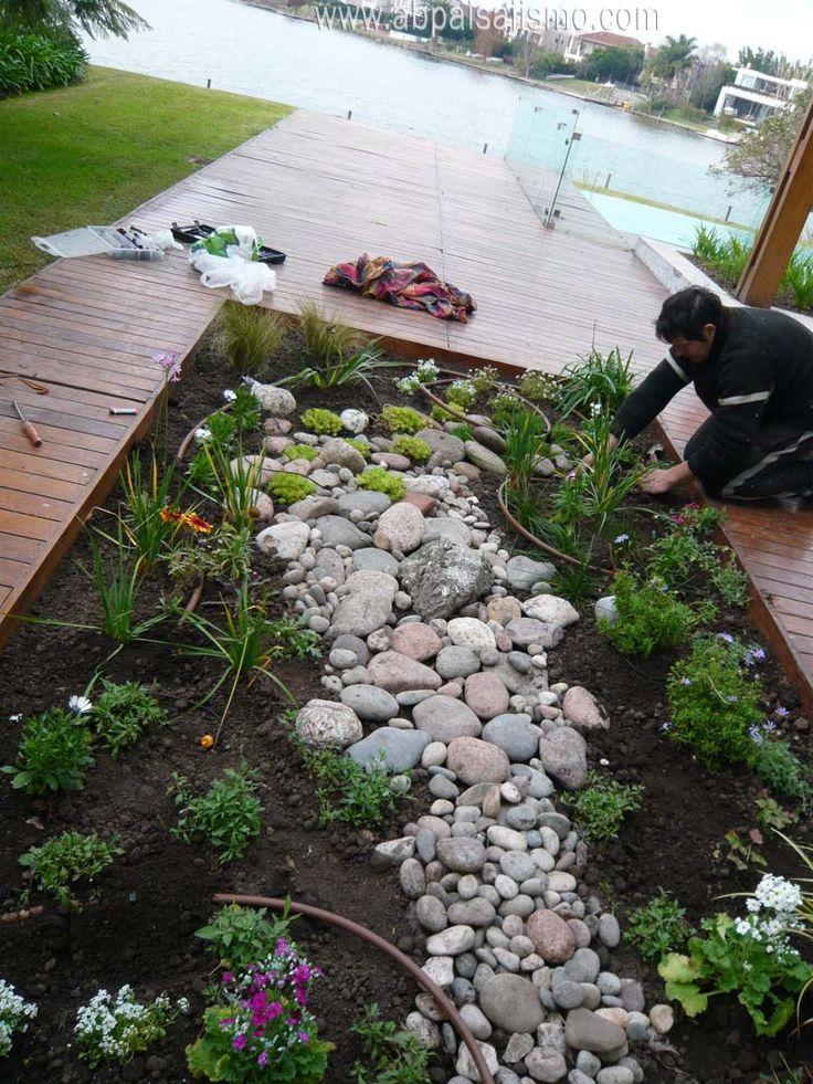 se construye un cantero de plantas herbaceas y se coloca riego por goteo.Julio 2014