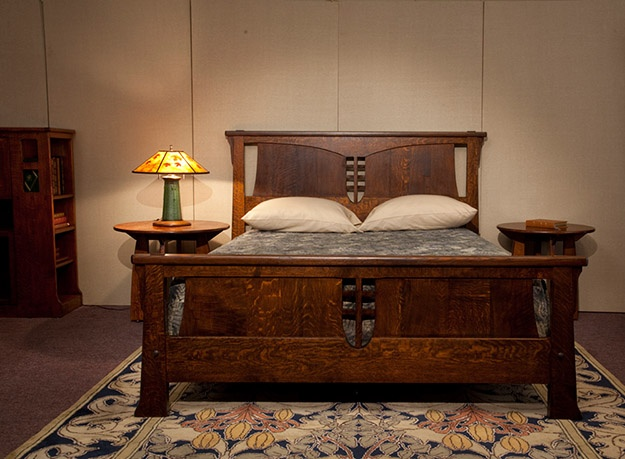 Have I mentioned the soft warm spot in my heart for Craftsman & Jugendstil furnishings? This bed, that table, that lamp... Oh, <3 .