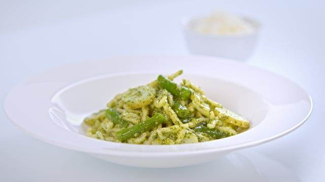 In this lesson Delia explains what quality pasta is and what to look out for on pastapackaging.Delia shows How to Cook Perfect Pasta, home-made Pesto sauce, to use inTrofie Pasta Liguria(Pasta with Green Beans and Potatoes), and Pasta alla Carbonara.
