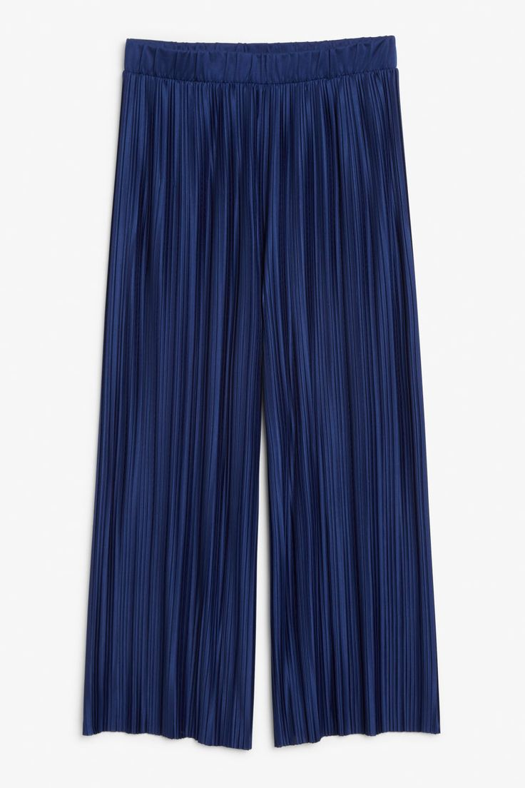 Flowy trousers with an elastic waist, oversized fit 'n' transparent feel. Creased for added dressiness. Bring out that inner flow! In a size small the wais