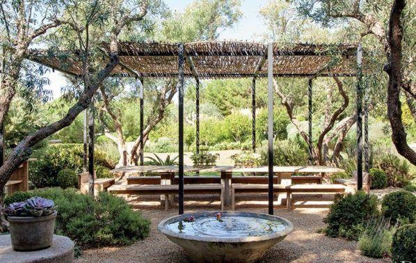 Loungemöbel im Garten brunnen zen stil natur