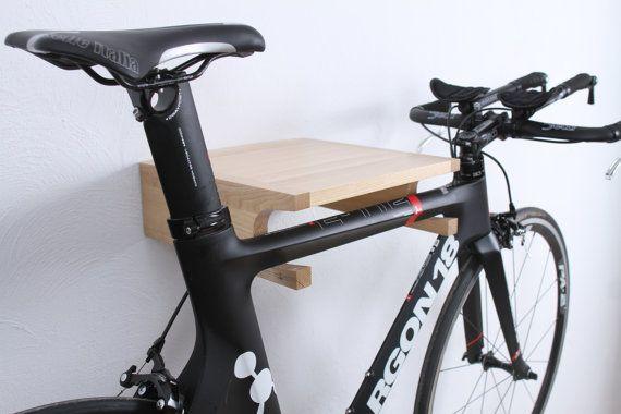 Berlin - hölzerne Fahrrad Halter  Fahrrad-Regal gemacht halten Ihr Fahrrad sicher und Ihrem Zuhause besondere Qualität Details zu ergänzen. Aufgrund der großen Notch kann dieses Modell nicht nur klassische Herren-Fahrrad, sondern auch MTB, BMX und Fahrräder mit breiten Rahmen speichern.  Abmessungen:  Länge: 35 (13,8 Zoll) Breite: 35 cm (13,8 Zoll) Höhe: 12 cm (4,7 Zoll)  Mehrere technische Merkmale:  -materielle Esche (in Stärke und schöne Textur Eiche und Mahagoni entspricht)  -Wenn…