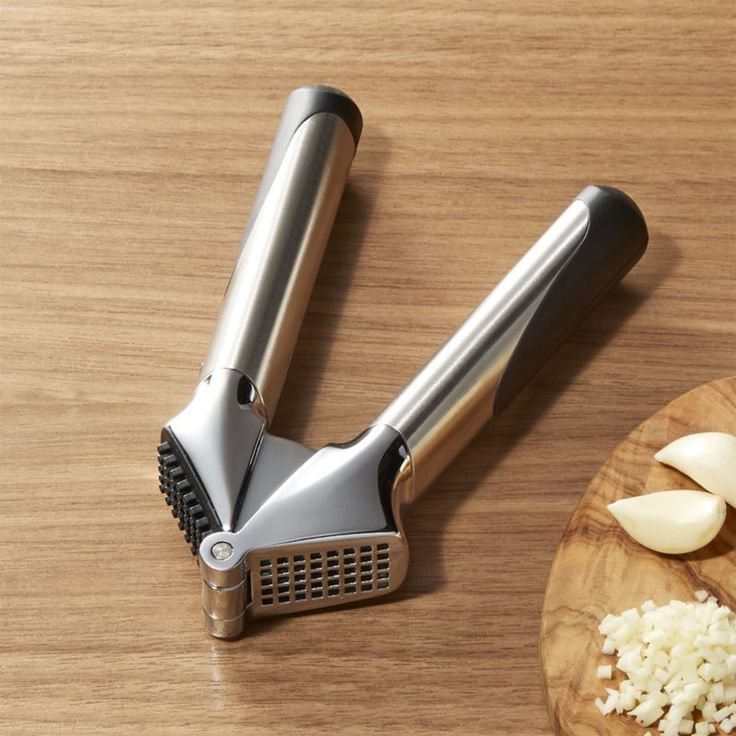 Shop OXO ® Steel Garlic Press.  This ultra-modern OXO garlic press squeezes the maximum of pulp and juice from cloves of garlic.  Its hefty, attractive design offers great balance and a comfortable grip.