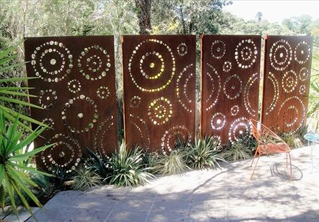Rostiga cortenskärmar blir dekorativa insynsskydd