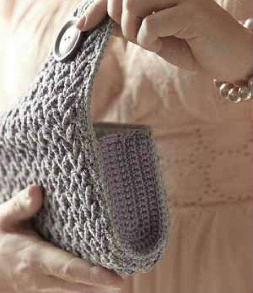 Crochet clutch, free pattern (photo by Crochet me) | Happy in Red