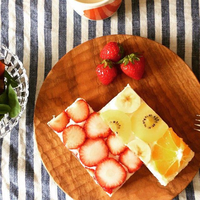 最近IGで見かけるフルーツオープンサンド、やってみた😁 キレイに並べて切るのは難しい…けど、クリームチーズ&フルーツ美味しかった❤️ #おうちごはん #朝ごはん #フルーツオープンサンド #instafood #breakfast #strawberry #orange #banana #kiwi