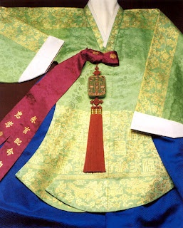 Norigae is one of the personal ornaments, which is worn at the inner or outer coat-string  or at the waist of Chima(skirt). Gold, silver, jewel, or embroideries has been often used as its materials.