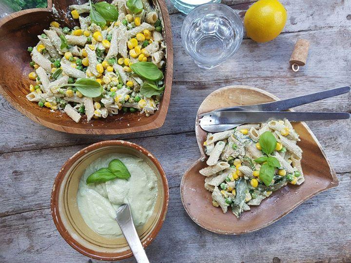 Romige pastasalade met mais en doperwten