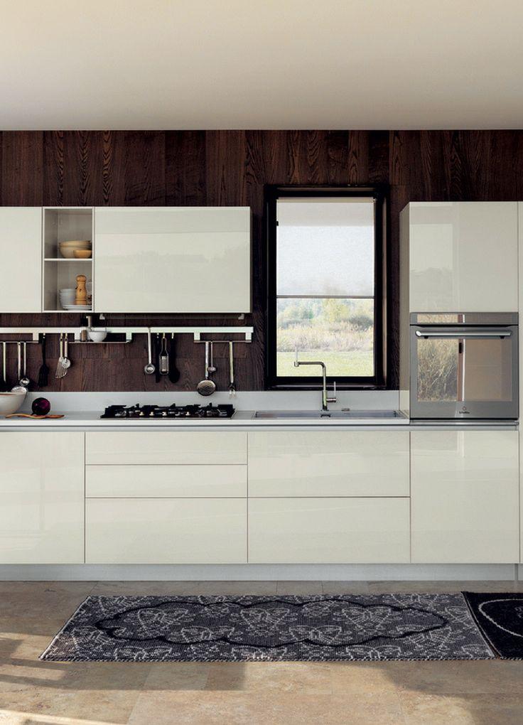 Kleine Küche, Einzeilig, Küchenzeile, wenig Platz, hell, helle Küche, weiß, creme, magnolie, magnolia, beige, hochglanz, hochglänzend, glänzend, lack, Idee, BIld, Inspiration; Foto: Scavolini