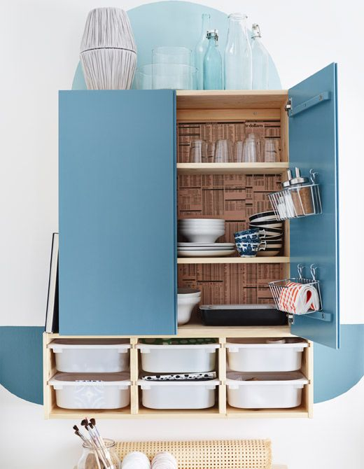 un mobile ivar verniciato di azzurro contiene stoviglie e altri utensili da cucina ikea
