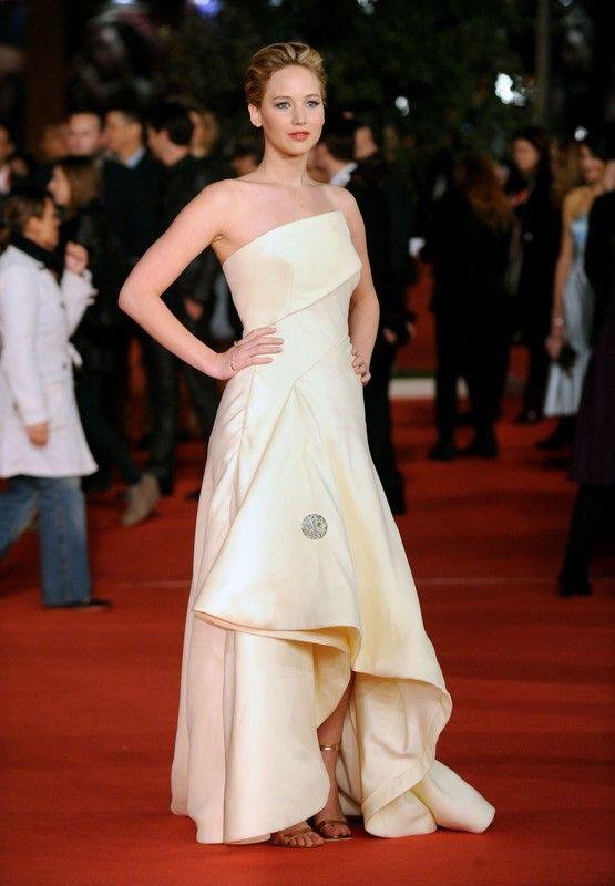 """Jennifer Lawrence w sukni Christian Dior Couture na premierze filmu """"Igrzyska śmierci: w pierścieniu ognia"""" w ramach Festiwalu Filmowego w Rzymie, 14.11.2013, fot. East News"""