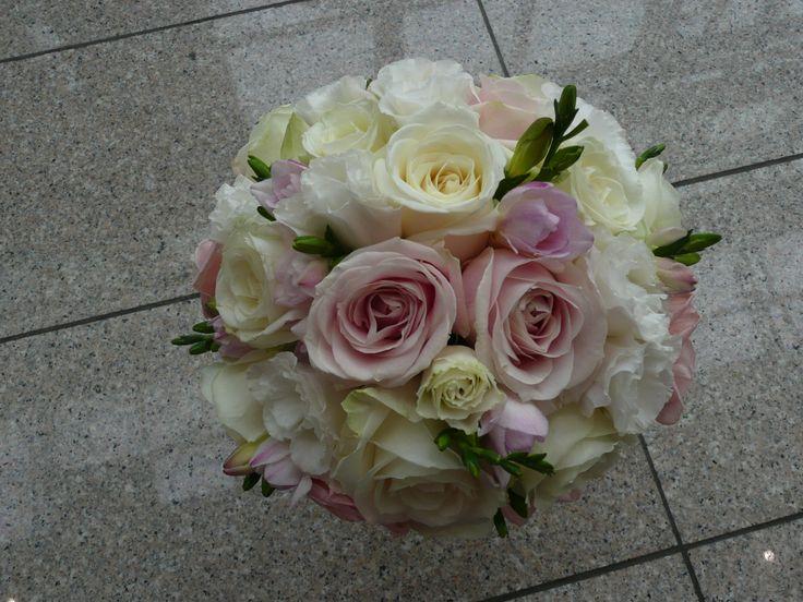 Ruže, lysianthus, frézie