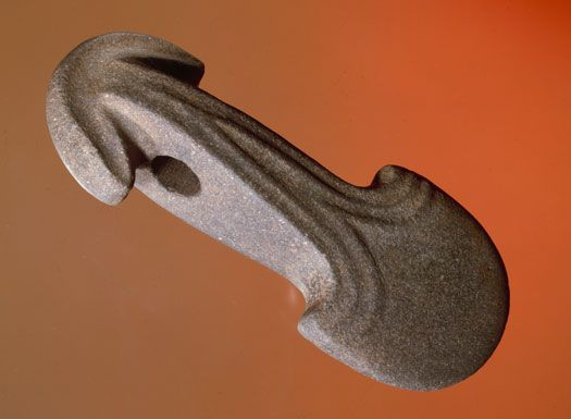 his battle axe of greenstone, which is 22 cm long, was found together with a flint axe in a stone-packing grave in Vroue Hede south of Skive. Greenstone is much easier to sculpt than flint.