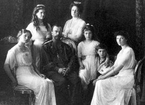 Tsaar Nicolaas II en zijn gezin in 1910 - Rusland sluit onderzoek naar moord op laatste tsaar.