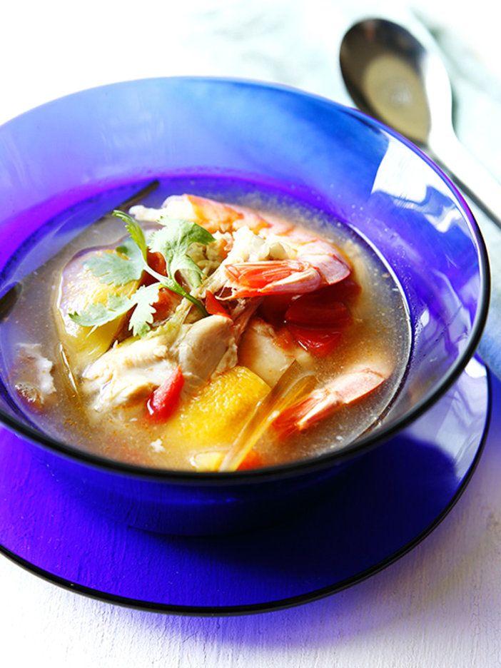 すっきりとした味わいトムヤムクン風スープは夏にぴったり。ライスヌードルを加えても美味。|『ELLE a table』はおしゃれで簡単なレシピが満載!