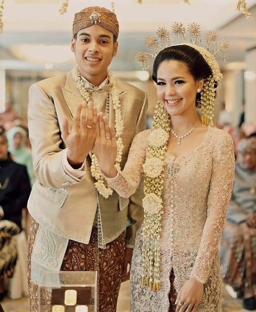 Javanese bride hairstyle with lots of jasmine - Pengantin Jawa Modern #jawa #modern