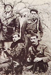 1956 de gauche à droite, Krim Belkacem et Amirouche Aït Hamouda ; derrière eux, Saïd Mohammedi et Mohand Ouidir Azirou.