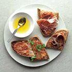 Brood met tomaat (pan con tomate), uit het kookboek 'Tapas, 80 recepten stap voor stap' van Valérie Berry. Kijk voor de bereidingswijze op okokorecepten.nl.