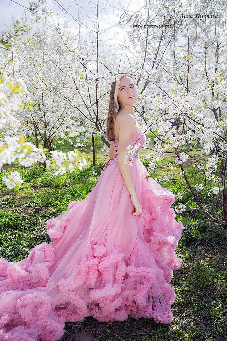 Beautiful women in flower apple garden. Women in fashion beauty dress. Профессиональный фотограф. Фотосъемка.