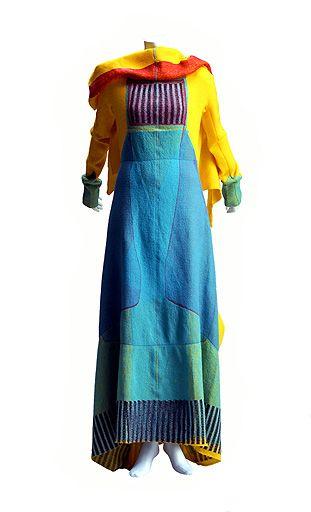 Vestido de Issey Miyake (1997). Diferentes tonos de azul, amarillo, naranja, verde y negro se superponen con capas de tejido combinando técnicas industriales de fabricación de alfombras
