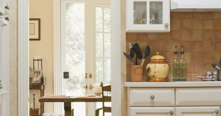 Cómo remover una puerta de vaivén en una cocina. Aunque una puerta de vaivén te otorga una cierta cantidad de privacidad mientras cocinas, protegiendo el resto de la casa de las vistas y sonidos de la cocina, a veces puede ser una molestia. Por ejemplo, separa el espacio en una casa o departamento, haciendo que las habitaciones se vean mas pequeñas. También, si tienes niños o mascotas, a veces ...