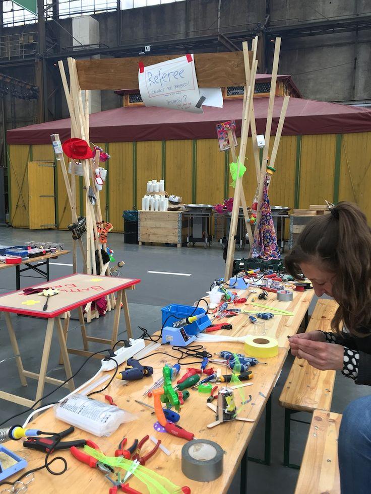 Hebocon is een wedstrijd voor onzin robots. Gemaakt van oud speelgoed, afwasborstels en zonnebrillen. De beste robot maakt iedereen aan het lachen.