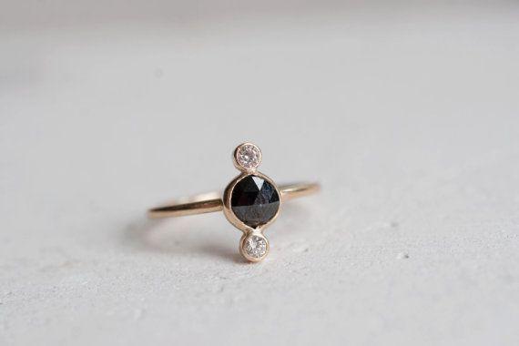 ◊ A unique trio de diamants pour ceux qui aiment un peu de contraste. Niché entre deux diamants champagne, la coupe rose black diamond a un