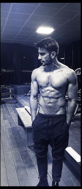 Oh My! Ranveer flaunts his six-pack abs and we are awestruck