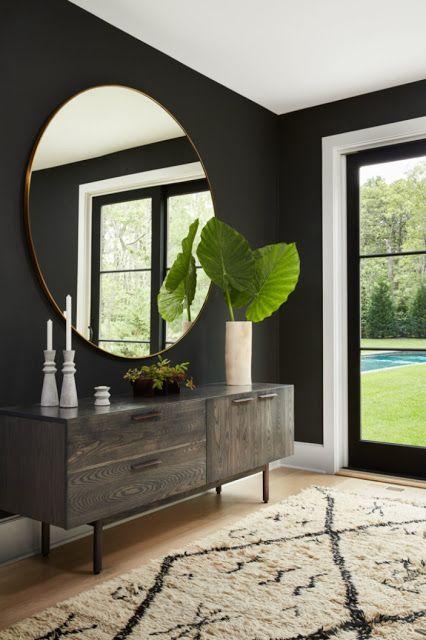 Vorhergesagter Wohntrend 2018: Dunkle Wände, ein großer runder Spiegel und eine auffällige Pflanze. Moderne und klassisch harmonierende Wohnelemente fürs Zuhause. #grosserspiegel #wohninspiration #kommodedekorieren