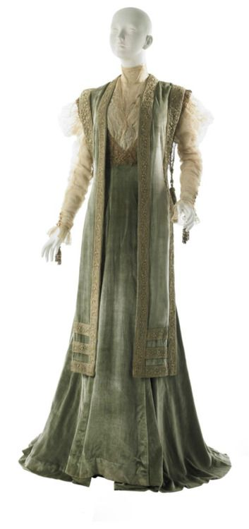 this is technically a tea gown, which isn't the same as aesthetic dress at all. tea gowns are the lineal descendants of aesthetic gowns, or as close to a lineal descendant as makes no nevermind.  i wish people would get the differences between aesthetic dress, artistic dress, rational dress, reform dress, and nouveau-influenced tea gowns straight, but i'm not going to hold my breath for it.