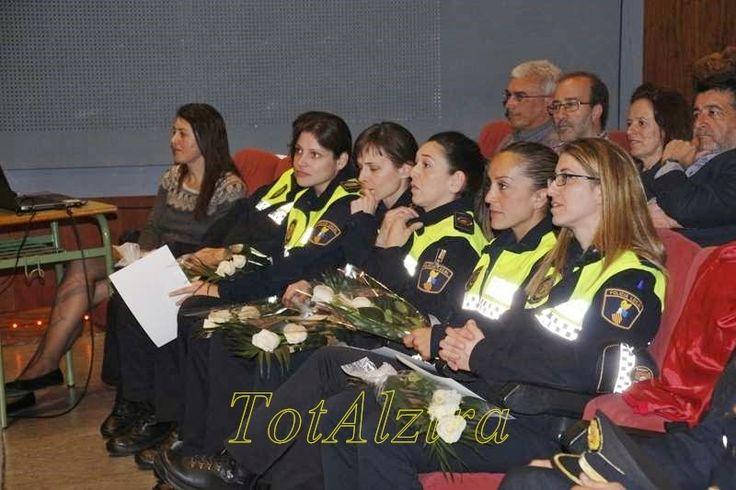 TotAlzir@: Las mujeres policías de Alzira reciben la insignia...