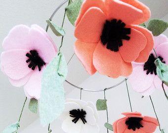 Encantador bouquet de flores silvestres de país de fieltro hecho a mano. Hecho de fieltro de respetuoso del medio ambiente premium, este ramo de flores silvestres durarán toda la vida! El ramo mide 10 pulgadas de largo. Porque estos son hechos a mano, tamaño puede variar.  Cada ramo incluye:  ♥ 2 flores silvestres en melocotón y azul aciano (centros de crema y amarillo) ♥ 1 amarillo del crisantemo ♥ 2 conjuntos de brotes amarillo del crisantemo ♥ 2 margaritas blancas Rosa rosa de bebé 1 ♥ ♥…