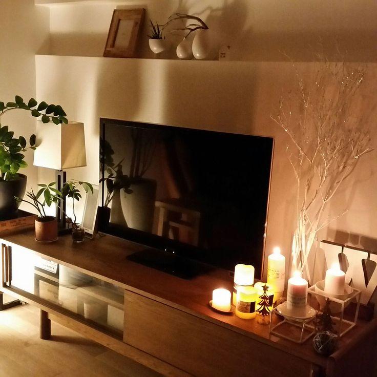 こちらはLEDキャンドルを使ったインテリアコーディネート。テレビ台の横に並べて灯せば雰囲気のあるおしゃれなインテリアに。キャンドルの光が作り出す陰影が壁に映って幻想的な雰囲気を作ります。