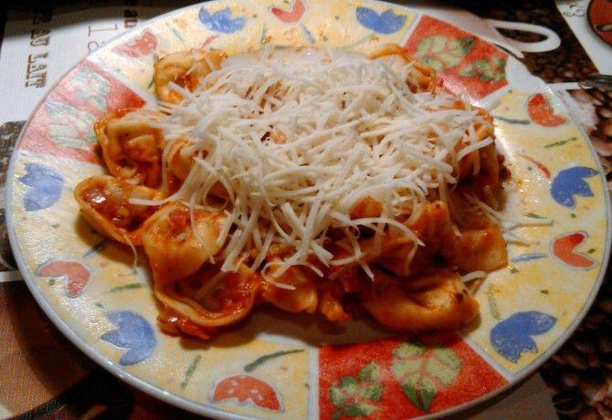 Sonkás-paradicsomszószos tortellini