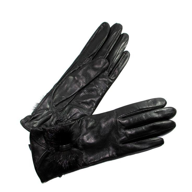 Gants cuir d'agneau pour femme de la marque Glove Story. Coloris noir et nœud vision en poils synthétiques. Réalisés en cuir d'agneau Métis, ces gants de conduite pour femme bénéficient d'un cuir très souple et d'une doublure 100% en soie.