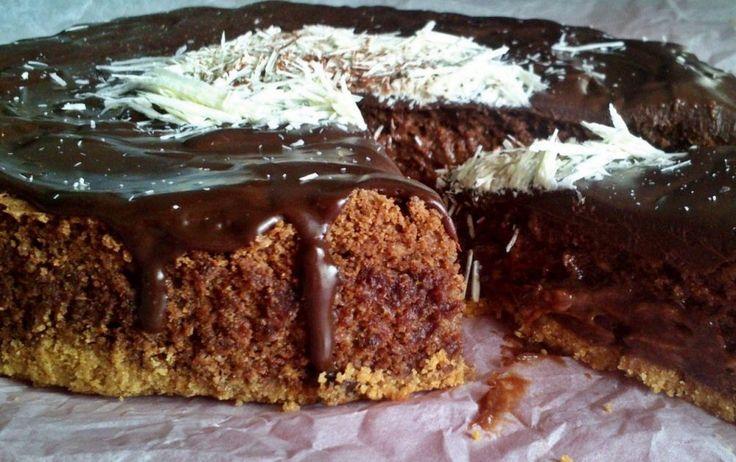 Απόλυτα σοκολατένιο γλυκό που η σοκολάτα του ισορροπεί πάνω στο τραγανό μπισκότο και η γκανάζ που το καλύπτει έρχεται να το απογειώσει! Το εσωτερικό του παραμένει υγρό, κολλάει στο κουτάλι και αυτό το πετυχαίνουμε με