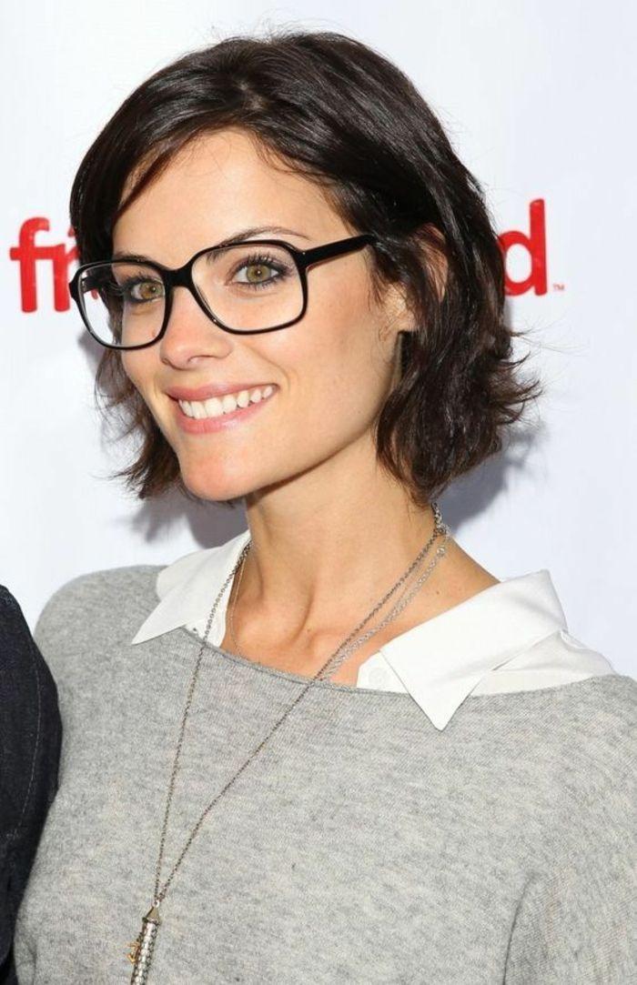 coupe de cheveux femme look décontracté, jeune femme avec des lunettes,  grande monture noire, carré court, couleur de cheveux naturelle, facile à  porter et ... f1c37eb52726