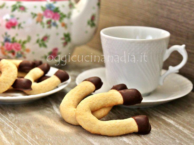 I biscotti ferri di cavallo sono dei gustosi e morbidi biscotti di frolla al burro e cioccolato, deliziosi da accompagnare ad una calda tazza di tè o caffè