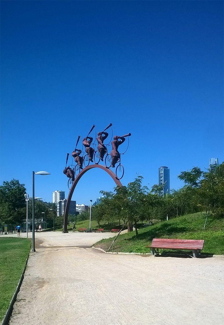 """Escultura """"La Búsqueda"""" de Hernán Puelma. Parque Bicentenario."""