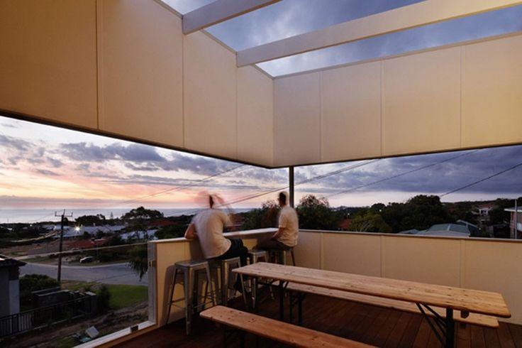 De woning valt meteen op tussen alle traditionele bakstenen huizen in de straat. Ondanks de ruime bouwgrond, kozen de architecten in samenspraak met het jonge koppel voor een compact huis. Dat liet hen toe om de woning van de grond te tillen en optimaal van het uitzicht op de nabije zee te genieten, én om te besparen op energiekosten. Door het huis in de hoogte te tillen creëert het ook voor schaduwplek in de tuin, altijd welkom in een zonovergoten stad als Perth.