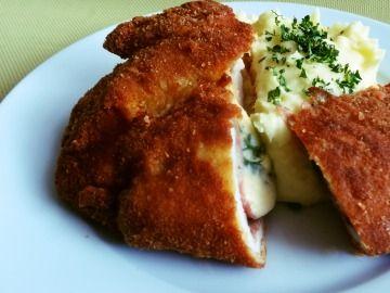Smažený kuřecí řízek plněný pancettou, sušenou šunkou a goudou