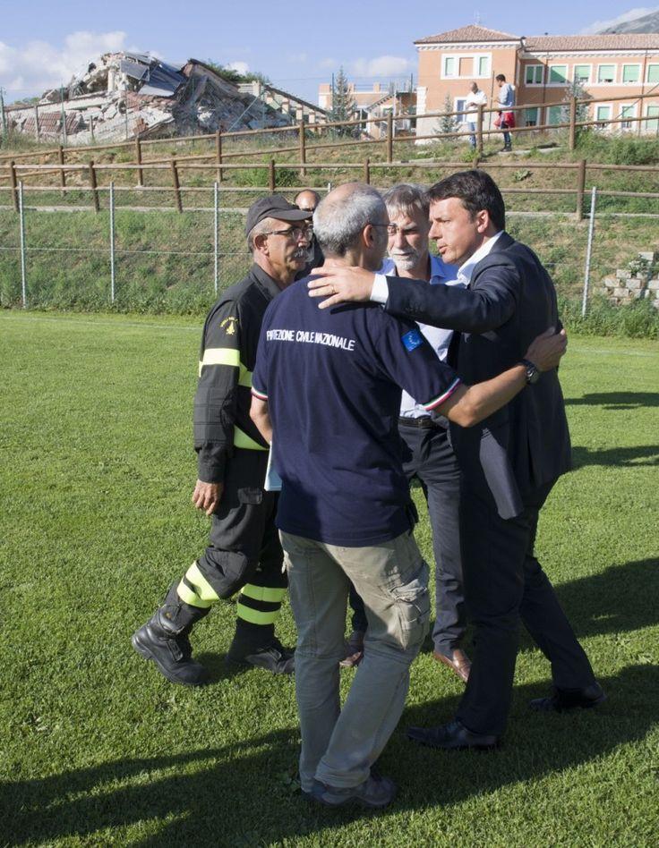 Matteo Renzi visita Amatrice dopo il terremoto. Le foto - Formiche.net